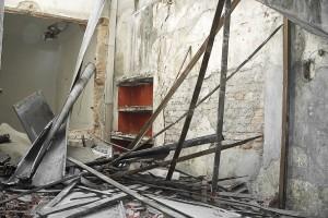 Interior de casa demolida, na Rua Carlos Sampaio, 75