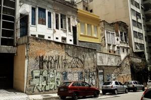 """Casas """"suspensas"""" na Rua Genebra"""